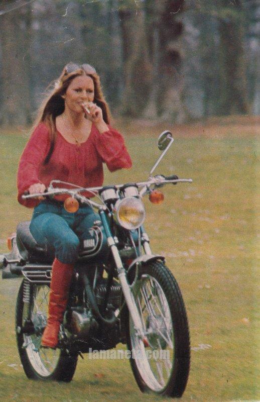 Brigitte Bardot en YAMAHA AT2