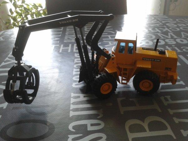 diorama casse des nouveaux engins un volvo et un saviem porte containers