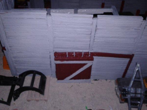 casse majorette le hangar la porte coulissante est peinte ainsi que les autres portes
