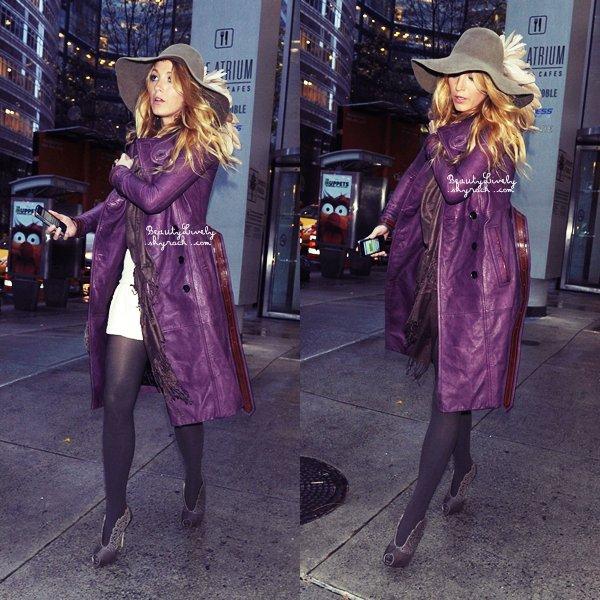 """29/11 Blake a été aperçu quittant le magasin """"Barnes & Noble"""" dans l'East Side de New York. J'aime sa tenue, et toi qu'en pense-tu?"""
