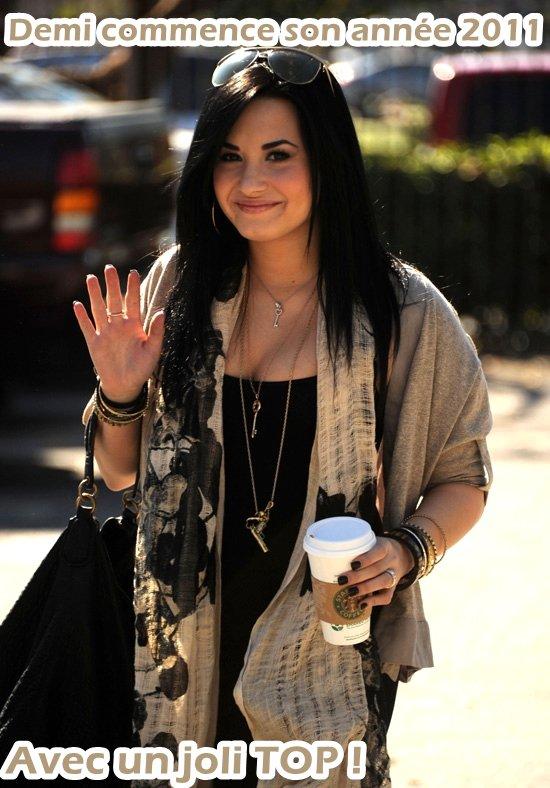 Demi est sortit de cure ! Elle a été appercu , rayonnante & un café Starbucks à la main , dans Santa Monica .