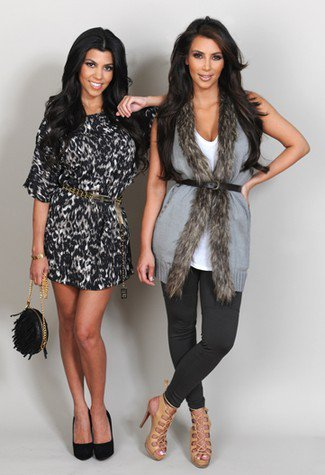 Kim Kardashian et Kourtney Kardashian ont récemment créé leur nouvelle de ligne de vêtements K-Dash.    Pas Mal Les Fringues !