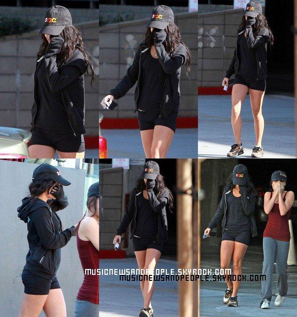 Vanessa Hudgens allant au  centre de fitness local à Studio City, en Californie, le vendredi (Décembre 24). Sa Se Voit Qu'elle Se Remet Pas De Sa Relation Vu Son Style Et Son Visage . :(