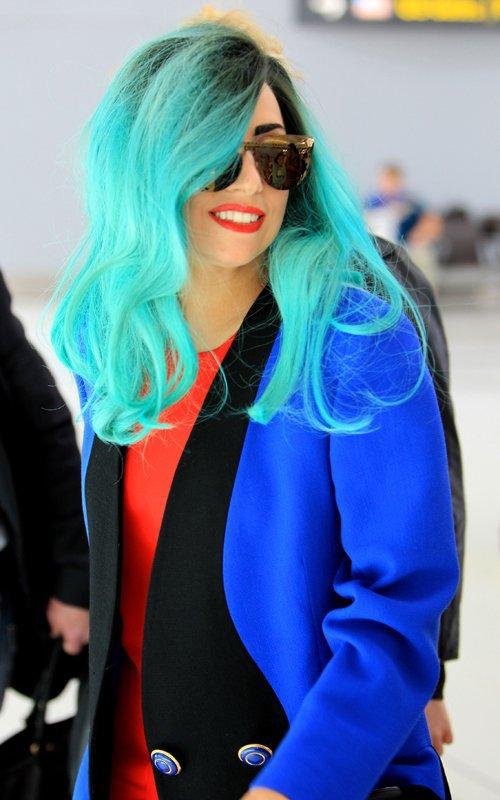Non , ce n'est pas un extraterrestre ! Juste Lady Gaga .  La reine de l'extravagance (sa se voit :p )