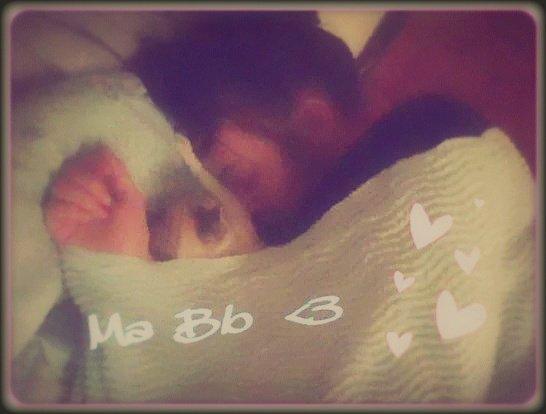 Une petite photo de ma Choupinette Bb & moi - Dodo ensemble [ ma mère qui l'a prise la photo . ] 》 Jai adorer quand jai vu sa , je n' en mettai même pas rendue compte en dormant ^^