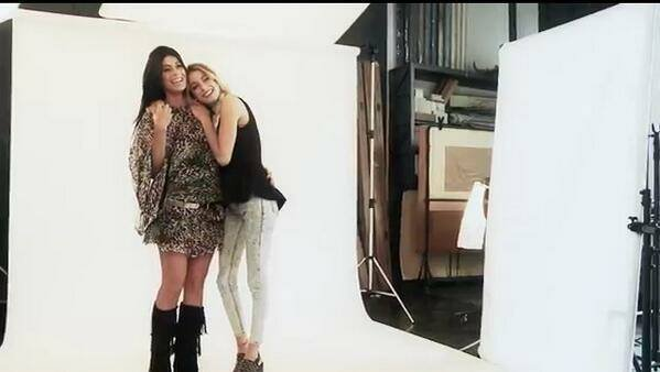 tini au shooting photo ( il y a une photo avec sa maman )