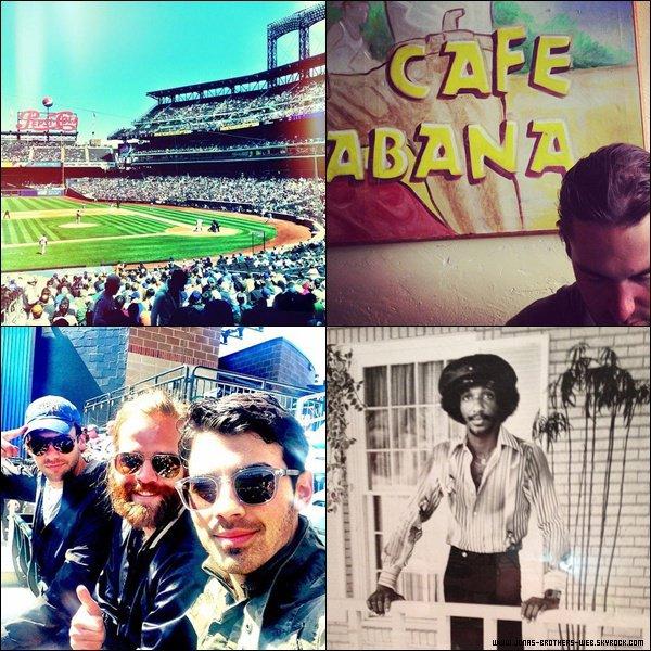 Le 25 Avril 2013 | Joe a posé avec des fans à New York.