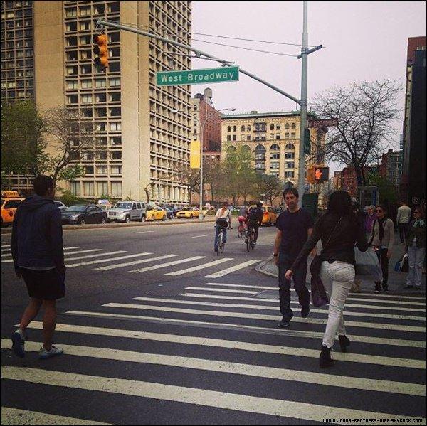 Le 28 Avril 2013   Joe a posé avec une fan à New York.