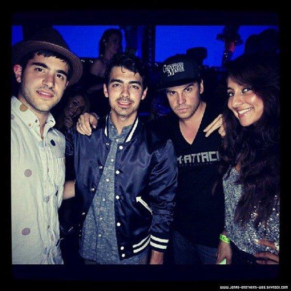 Le 12 Mai 2013 | Joe et des amis au Saddle Ranch Chop House, West Hollywood.