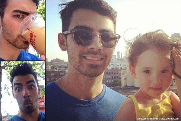 Le 21 Mai 2013 | Joe a posé avec une superbe petite fille à New York.