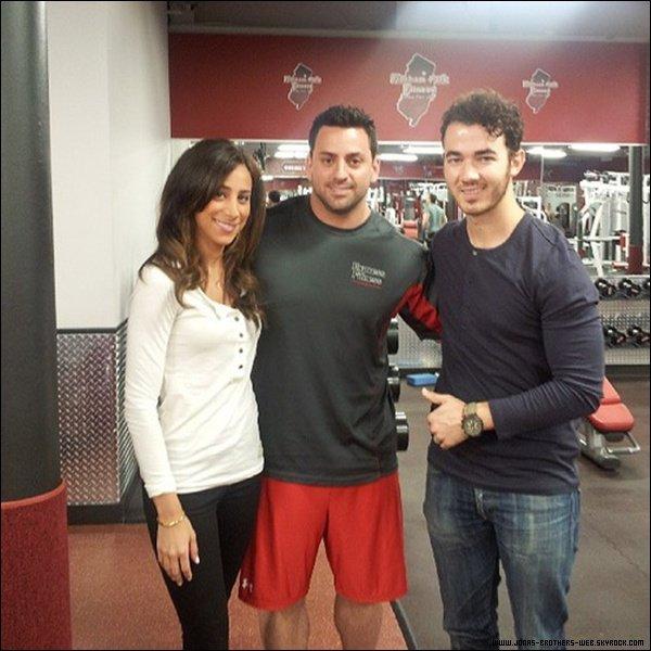 Le 10 Juin 2013 | Nick a posé avec des fans à L.A.
