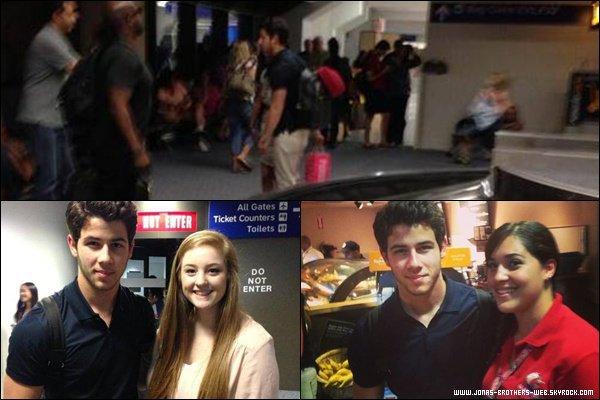 Le 28 Juin 2013 | Nick a été vue seul dans un restaurant de L.A.