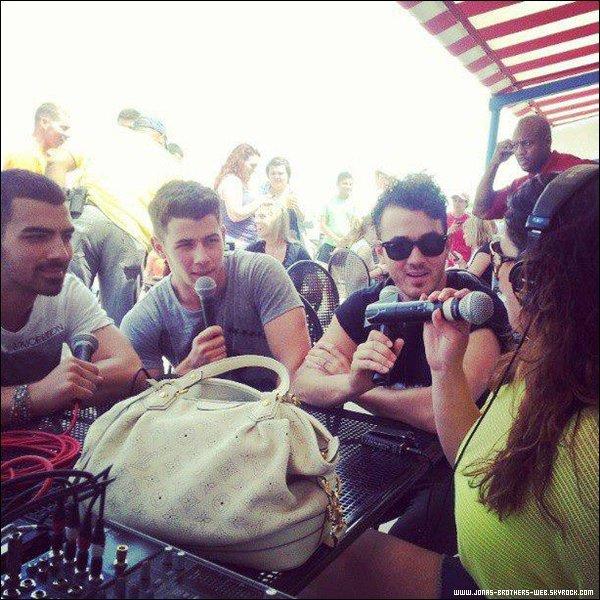 Le 08 Juillet 2013 | Les Jonas Brothers ont fait un beach volley avec les fans, Chicago.