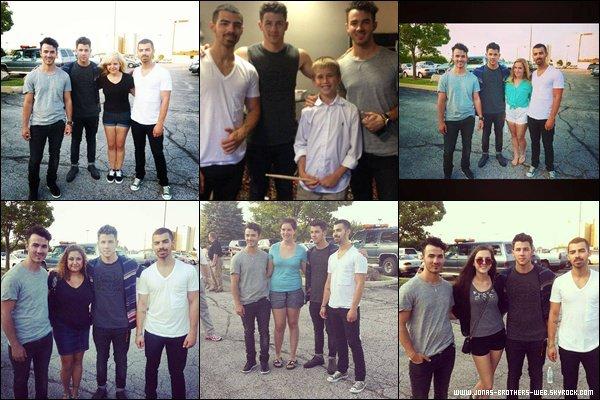 Le 09 Juillet 2013 | Les Jonas Brothers pose avec des fans en Indiana.