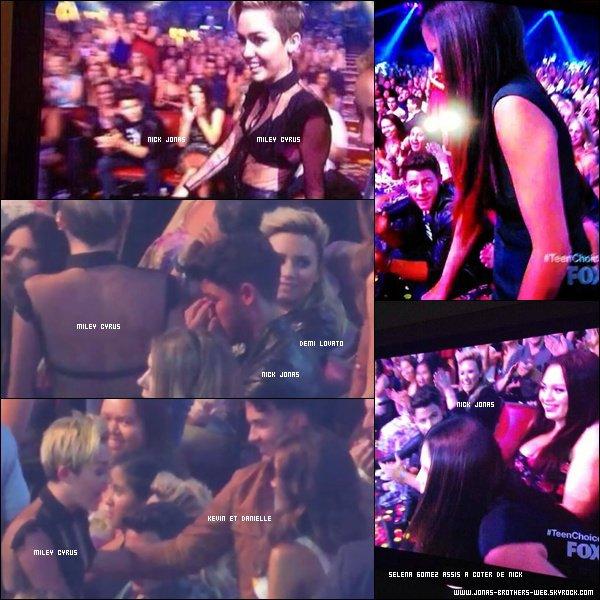 Le 11 Août 2013 | Les Jonas Brothers, Danielle et Blanda sont allé au Teen Choice Awards 2013 à L.A.