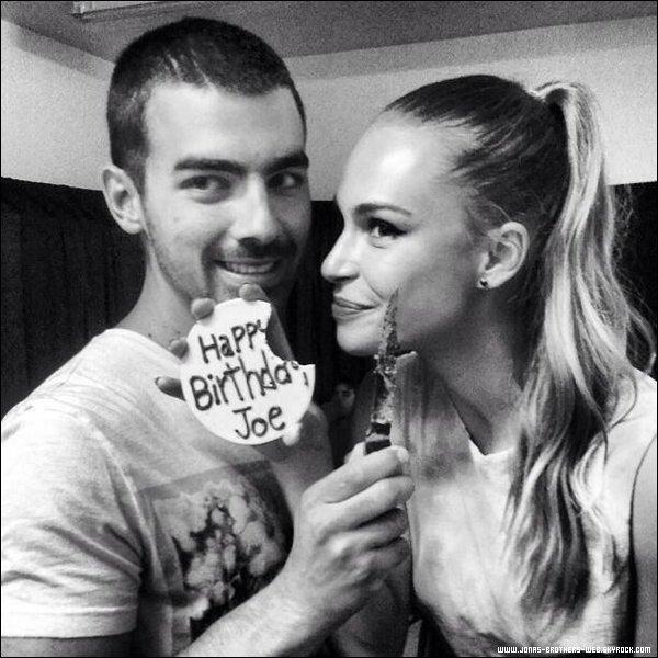 Photos | Photos de plusieurs personnes qui souhaite l'anniversaire de Joe.
