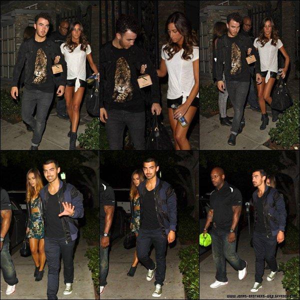 Le 17 Août 2013 | Les Jonas Brothers ont fais un match caritatif à L.A. Nick et Olivia ont officialisé leur couple.