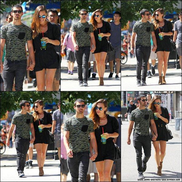 Le 25 Août 2013 | Joe et Blanda ce baladent dans Soho, New York.