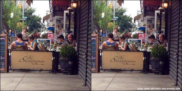 Le 29 Août 2013 | Nick a été vue seul dans un café à New York.