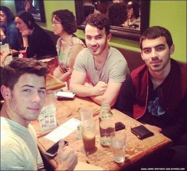 Le 19 Septembre 2013 | Les Jonas sont allé manger à Fresh On Spadina, Toronto.
