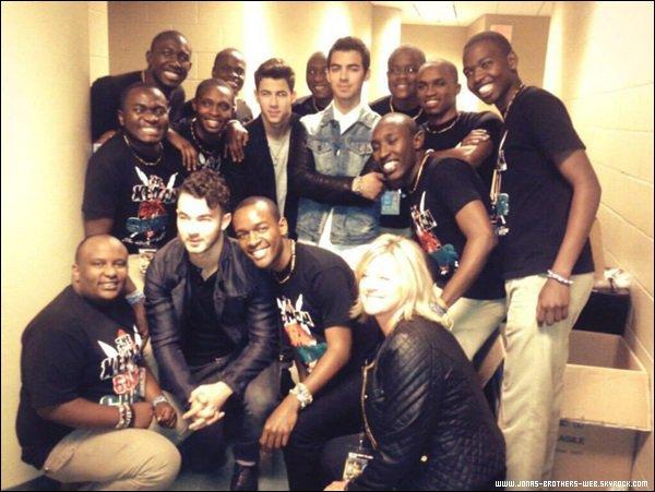Photos   Les Jonas ont posé avec leurs fans.