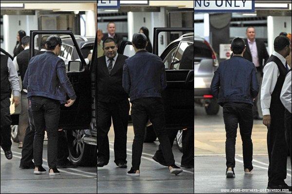 Le 09 Octobre 2013 | Joe et son oncle Josh ont été vue ensemble dans Hollywood.