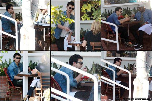 Photo | Les Jonas ont posé avec des fans.