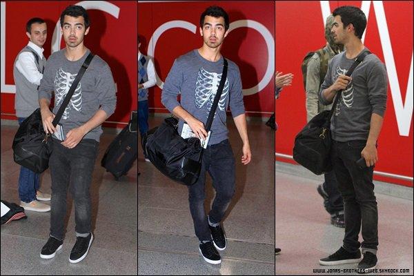Photos | Les Jonas ont posé avec des fans.