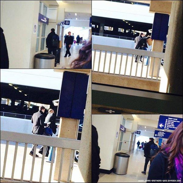 Le 25 Décembre 2013 | Nick a été vue à l'aéroport au Texas.