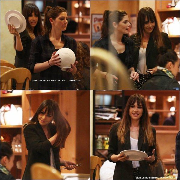 Le 25 Janvier 2014 | Blanda et l'ex petite amie de Joe, Ashley Greene, au Color Me Mine. Sympa pour Joe..