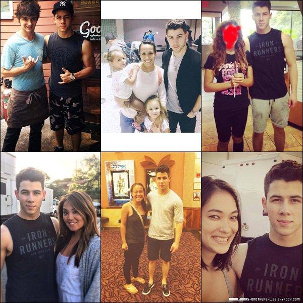 Photos | Nick a posé avec des fans.