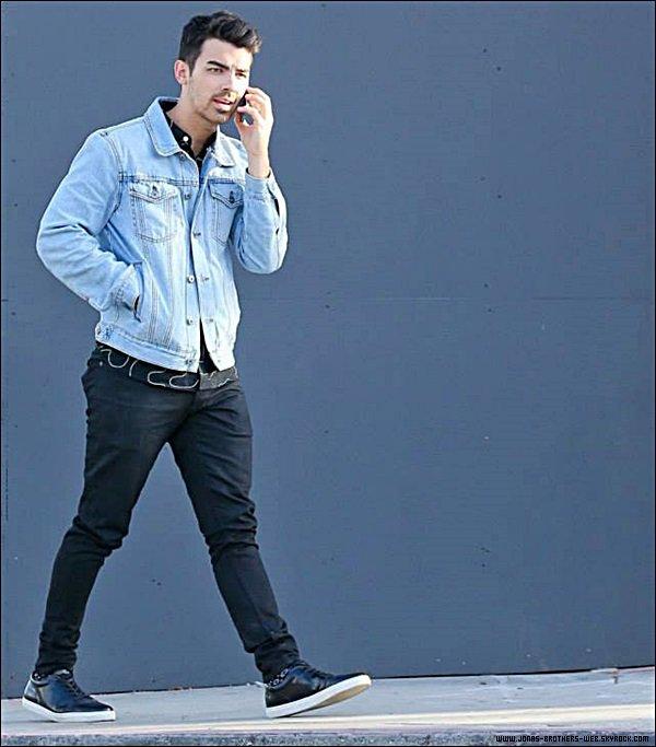 Le 26 Mars 2014 | Joe, seul allant au Urth Cafe, L.A.
