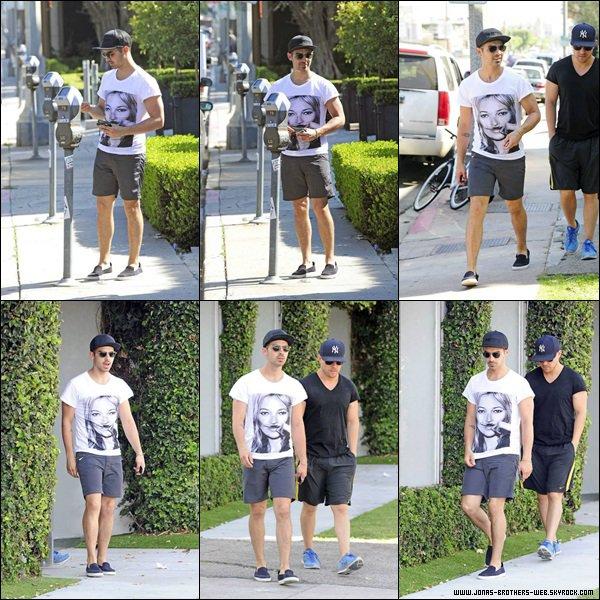 Le 15 Avril 2014 | Joe et son ami ont été en balade dans West Hollywood.