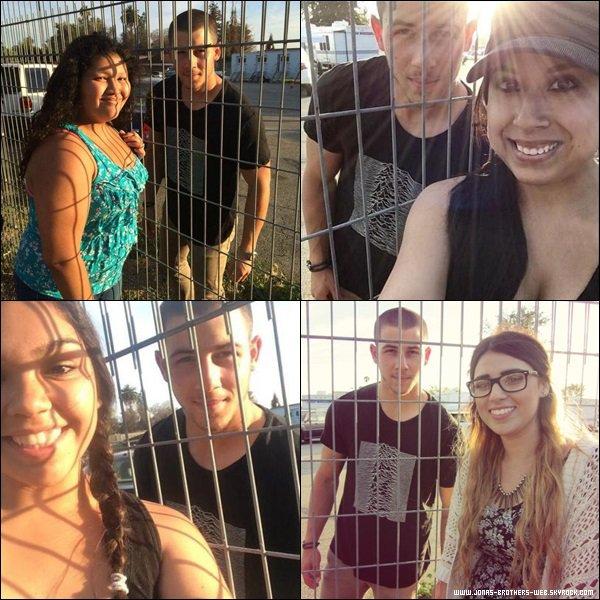 Photos | Nick a posé avec des fans sur le tournage de Navy St, L.A.