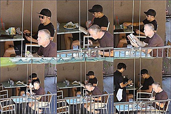 Le 12 Août 2014 | Joe est allé manger au restaurant Hugo's de Los Angeles puis a prit une pause pour lire.