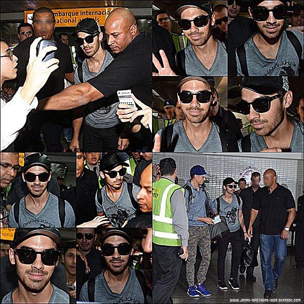 Le 20 Août 2014 | Joe à l'aéroport de Sao Paulo, Brésil tout souriant, content de voir ses fans sud américain.