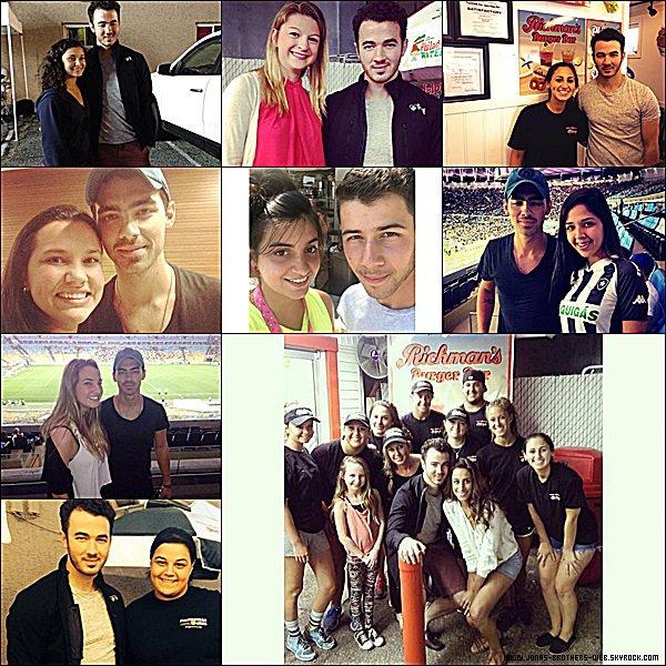 Le 23 Août 2014 | Joe à un restaurant de Rio de Janeiro et pose avec ses fans.