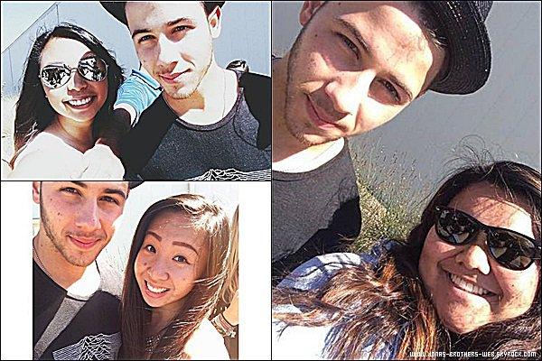 Photos | Joe, Nick et Kevin ont posé avec des fans.