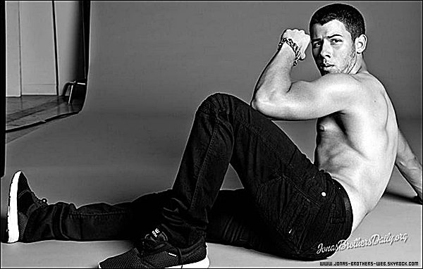 Photoshoot | Nick, plus que sexy, pose pour le magazine FLAUNT.