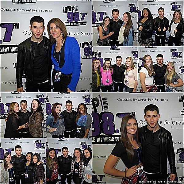 Le 08 Octobre 2014 | Nick a été visité les studios de Ryan Seacrest.