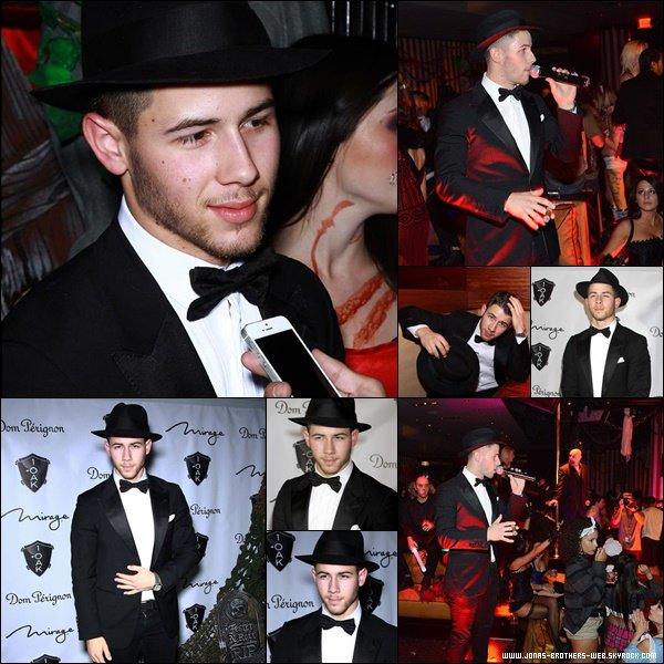 Le 30 Octobre 2014 | Nick arrivant au The Troubadour dans West Hollywood.