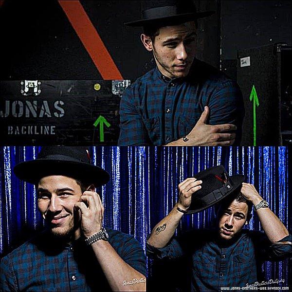 Le 11 Novembre 2014 | Nick était chez On Air with Ryan Seacrest à Los Angeles.