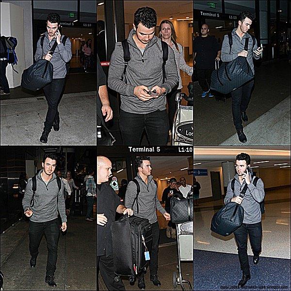 Le 08 Janvier 2015 | Kevin a été vue arrivant à l'aéroport de LAX de Los Angeles.