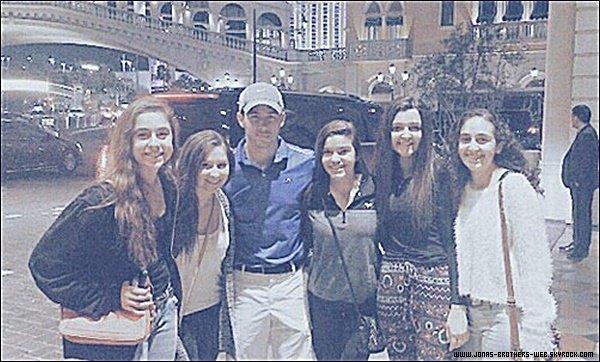 Photo | Nick a posé avec des fans.