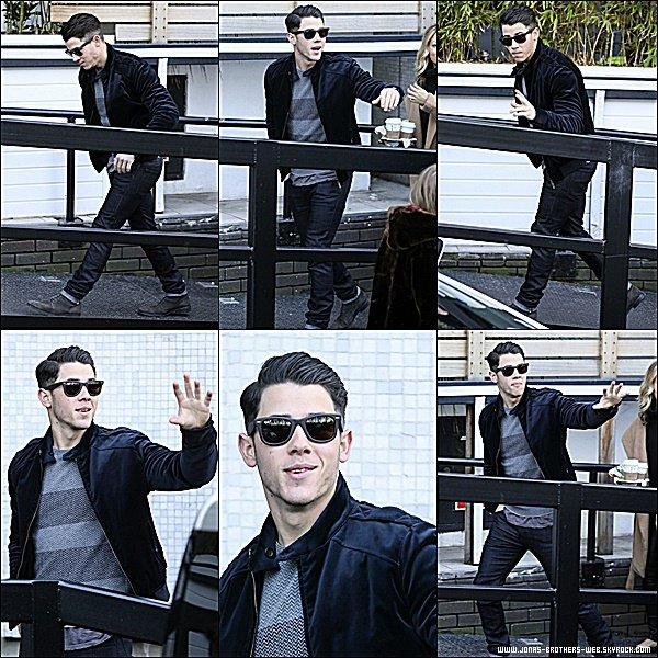 Le 27 Janvier 2015 | Nick, en pleine forme, arrivant à l'aéroport de Londres.