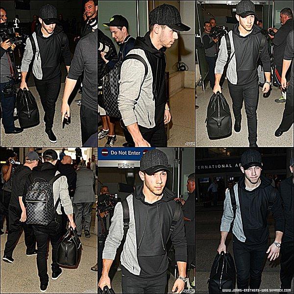 Le 27 Février 2015   Nick, les yeux cernés, arrivant à l'aéroport de LAX à Los Angeles.