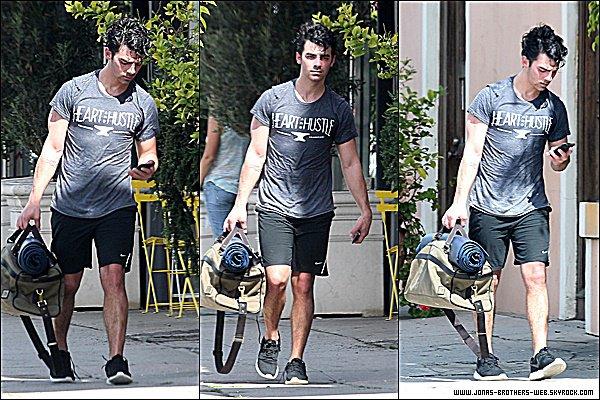 Le 02 Mars 2015 | Joe, les cheveux mouillé, sortant d'un cour de Yoga dans West Hollywood.