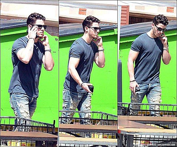 Le 06 Mars 2015   Nick accrochait fermement à son portable, ce baladant dans Sydney en Australie.