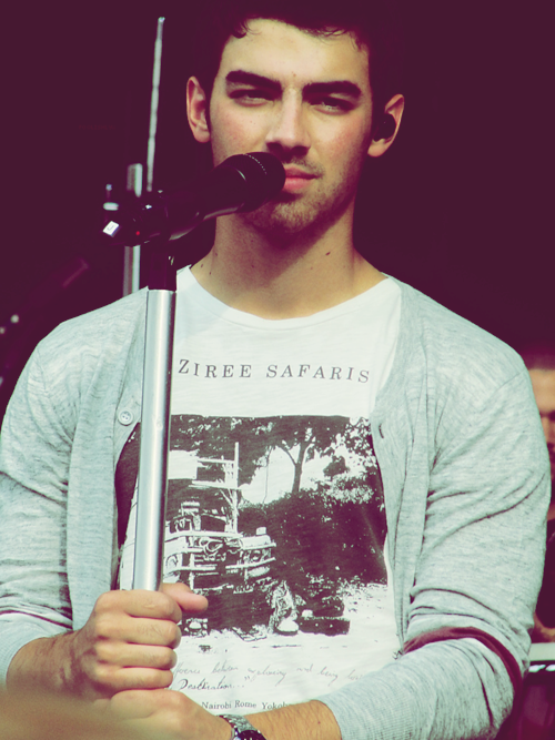 Le 07 Avril 2015 | Nick a été vue plusieurs fois dans les rues de Berlin en Allemagne.