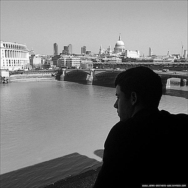 Le 09 Avril 2015 | Nick a été vue quittant les studios ITV de Londres.